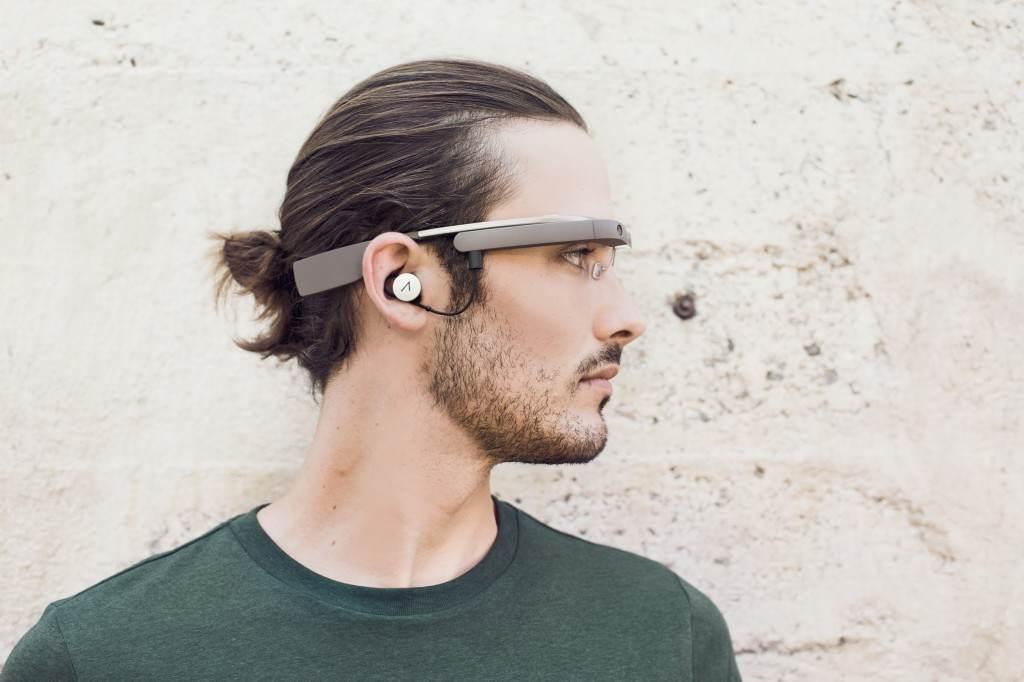 Yeni lensi ve mono kulaklığı ile güncellenmiş Google Glass.