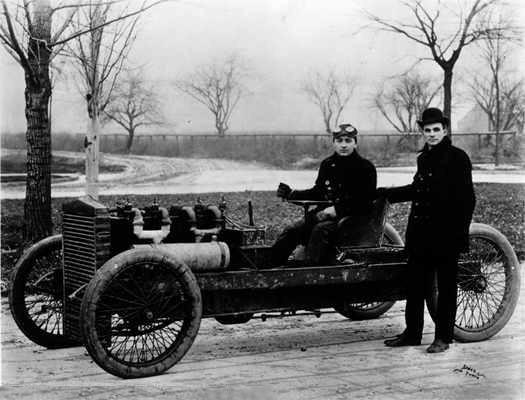 Henry Ford (sağda) ve 'Ford 999' ismini verdiği yarış aracı