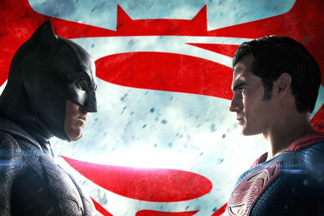 THY Yolculara Batman ve Superman Temalı Hediyeler Dağıtıyor