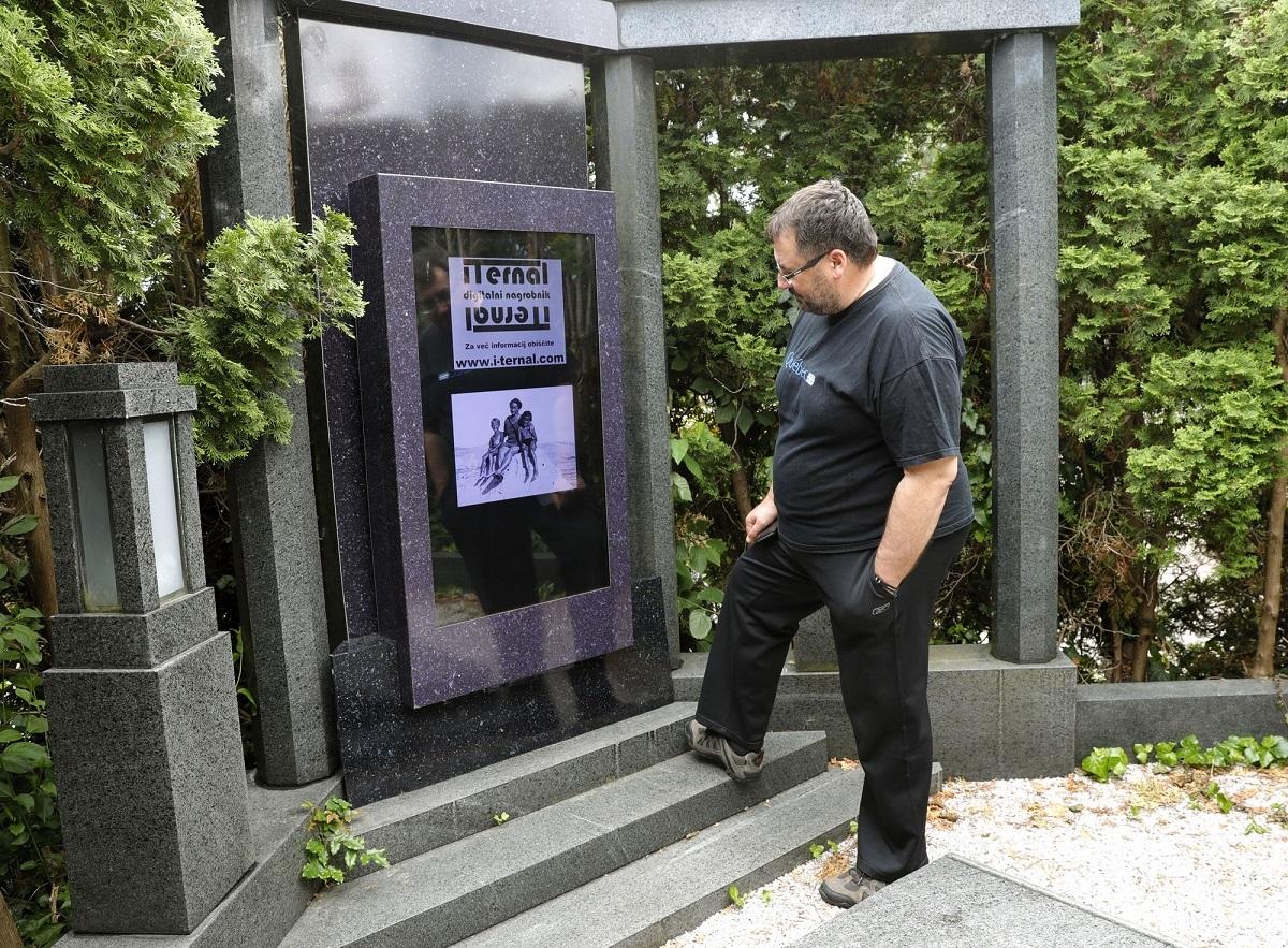 Dünyanın İlk Dijital Mezar Taşı
