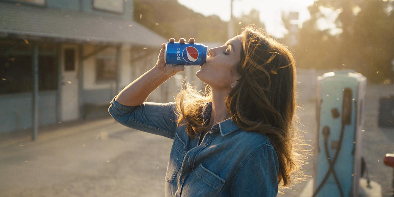 Pepsi, 26 Yıl Önce Cindy Crawford ile Çektiği Reklamı Yeniden Çekti