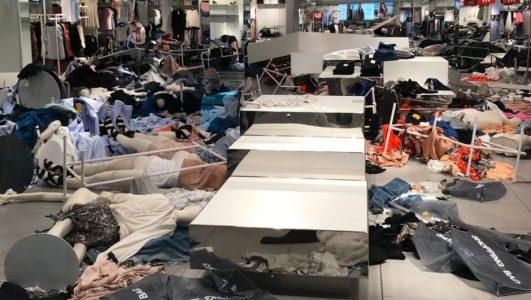 Irkçılıkla Suçlanan H&M'in Güney Afrika'daki Mağazalarına Saldırdılar