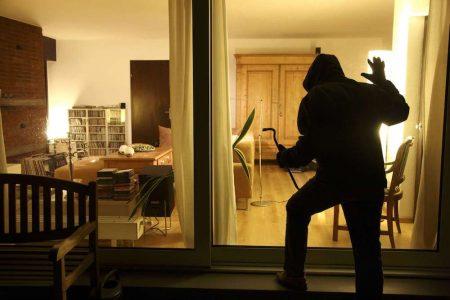 """Hırsızları Uzak Tutmak İçin """"Evde Biri Var"""" İzlenimi Yaratan Akıllı Hoparlör"""