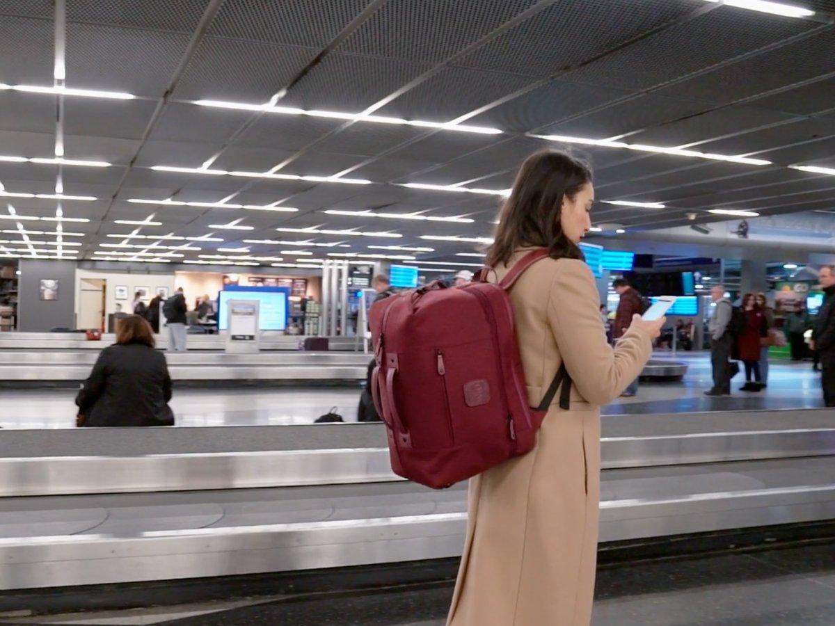 Uçak Yolculuklarında Bagaj Ücreti Derdinden Kurtaran İnovatif Sırt Çantası