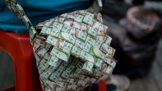 Kağıt Paralarıyla Çanta Yapan Ülke: Venezuela