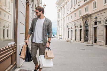 Erkekler, Çekici Bir Erkek Gördüklerinde Para Harcamaya Meyilli Oluyorlar