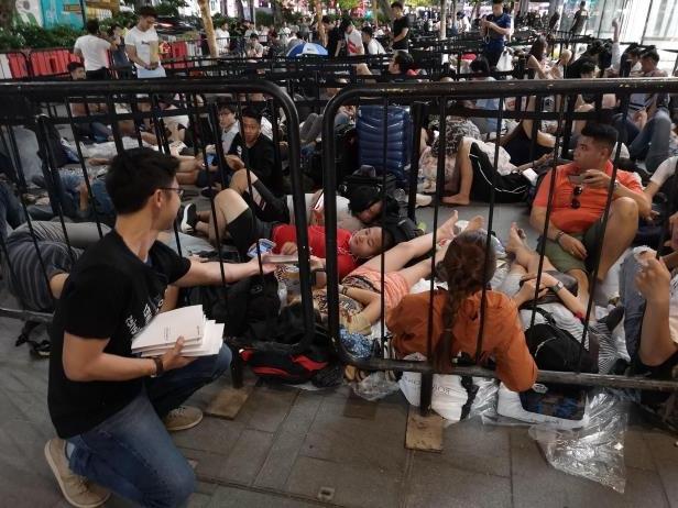 Huawei, Apple Kuyruğunda Bekleyen Vatandaşlara Powerbank Dağıttı