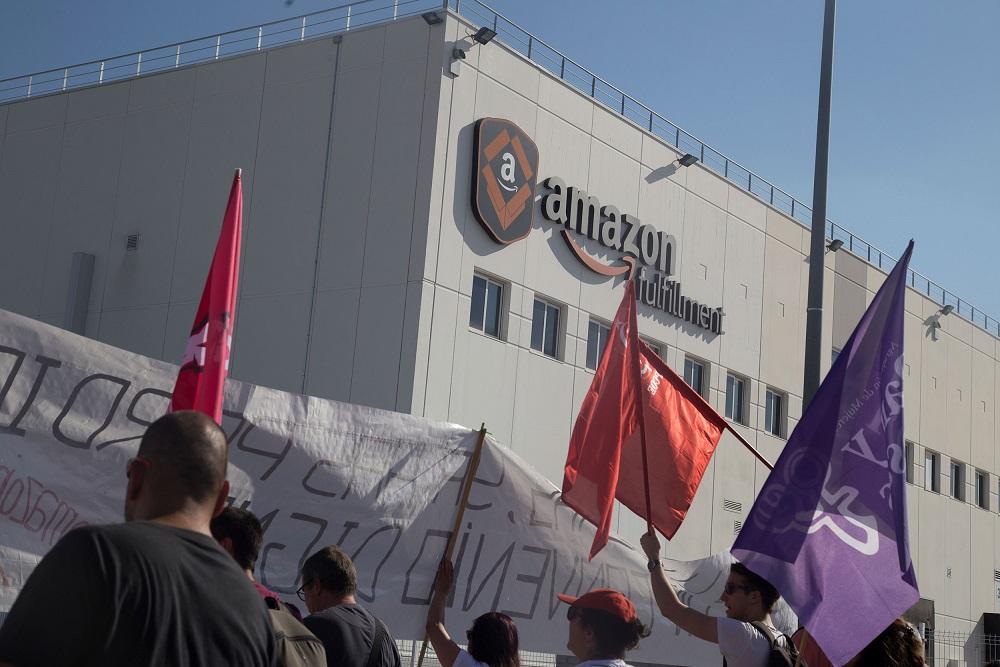 """Avrupa'daki Amazon Çalışanlarından """"Biz Robot Değiliz"""" Protestosu"""