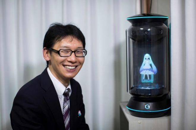 Japonya'da Bir Adam, Hologram ile Evlendi | Pazarlamasyon