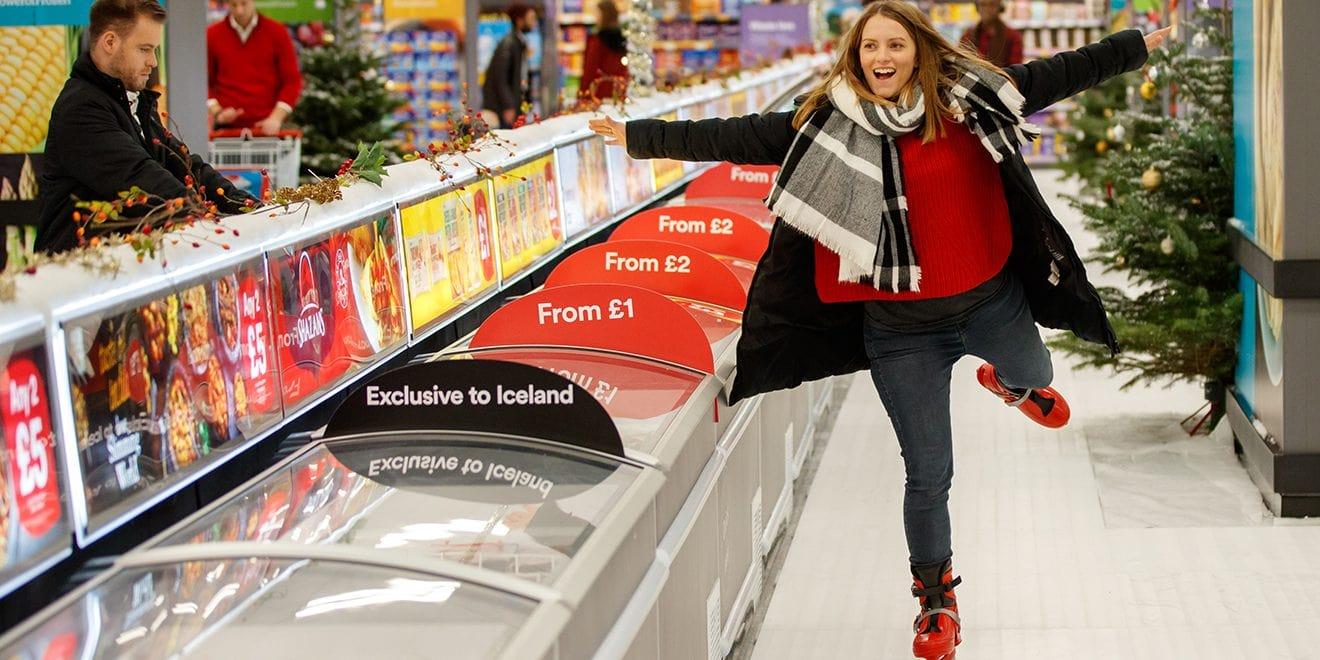 İngiltere'de Bir Market, Buz Pateni Üzerinde Alışveriş İmkanı Sunuyor