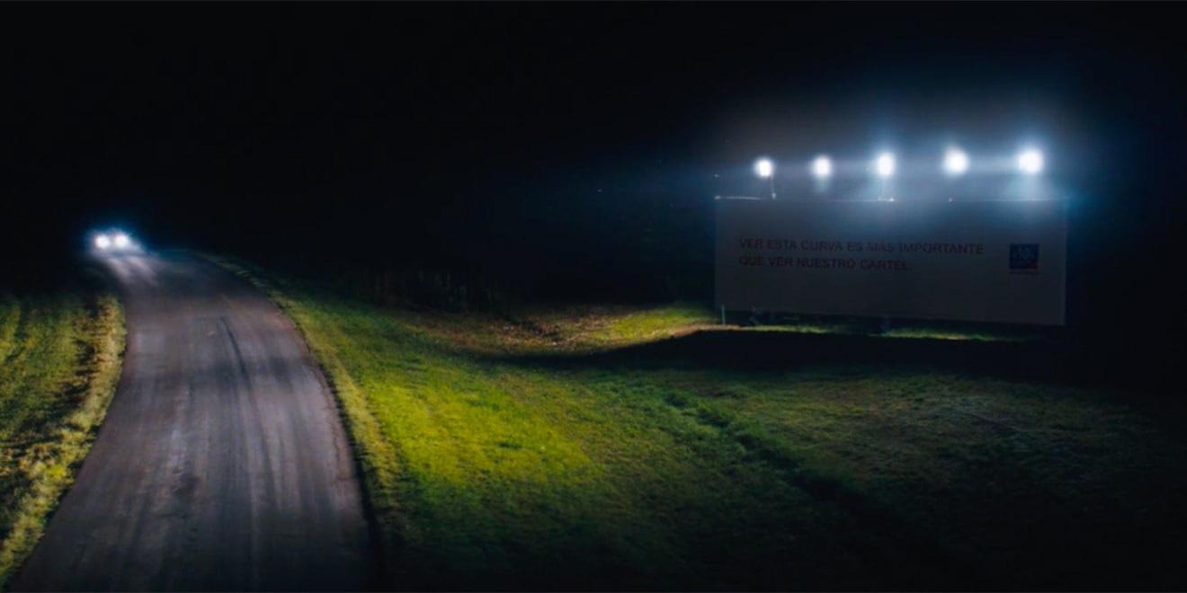 Bir Sigorta Şirketinin Geceleri Yolları Aydınlatan Reklam Panoları