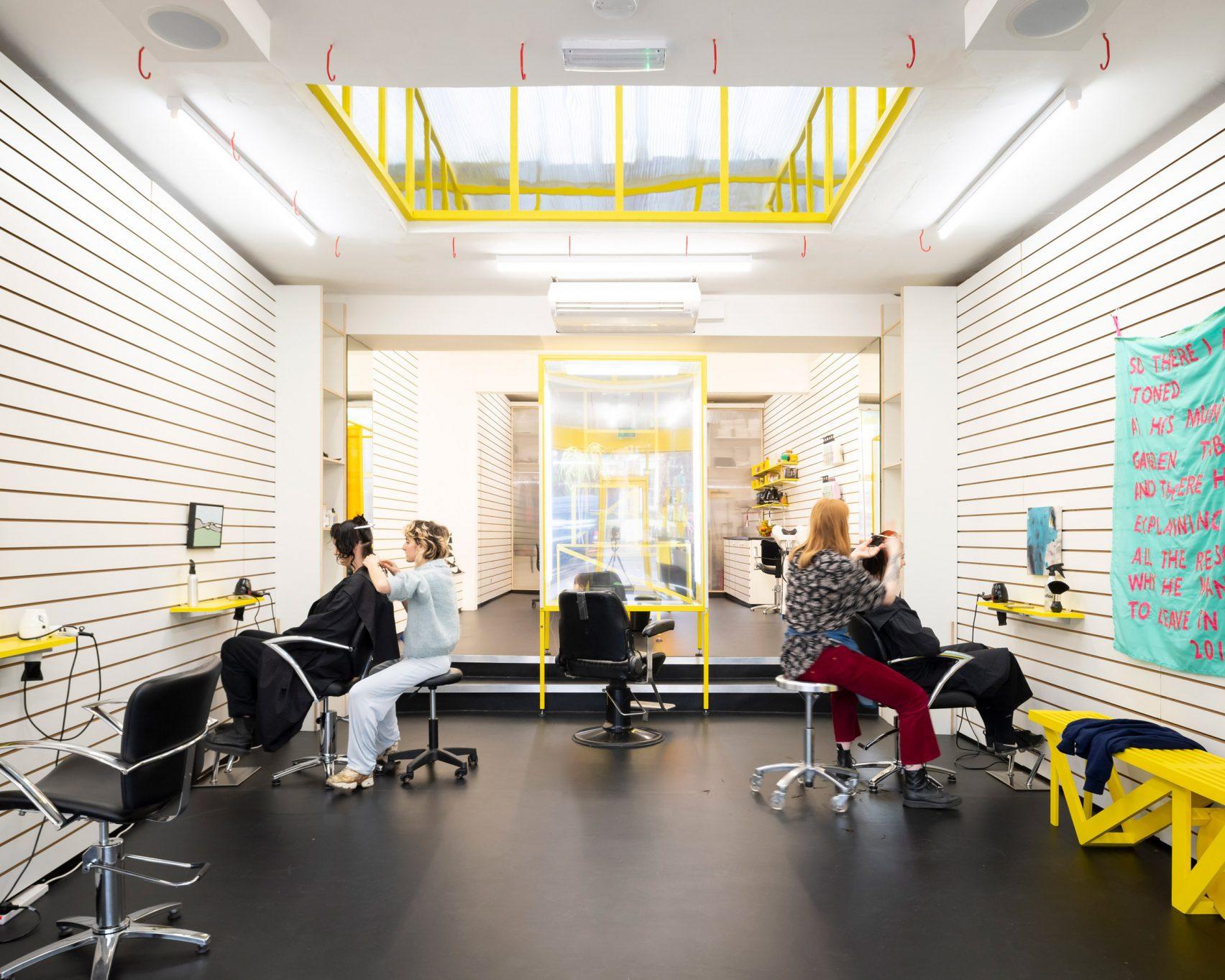 Aynı Zamanda Bir Sanat Galerisi Olan ve Aynaların Olmadığı Saç Tasarım Stüdyosu