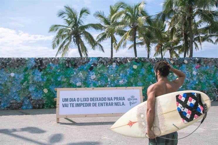 Corona Sahilden Toplanan Plastikler ile Bir Duvar İnşa Ederek Sahile Geçişi Engelledi
