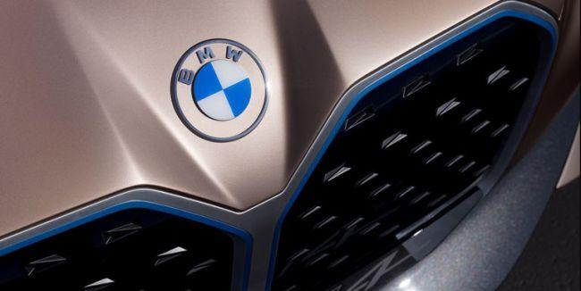 BMW, Logosunda 100 Yıl Sonra Büyük Bir Değişiklik Yaptı