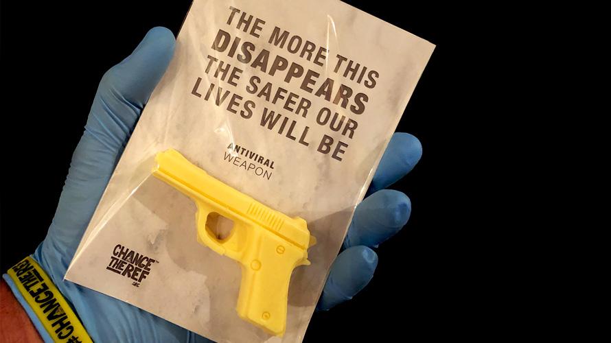 Salgının ve Silahların Tehlikelerine Dikkat Çeken Silah Şeklindeki Sabunlar