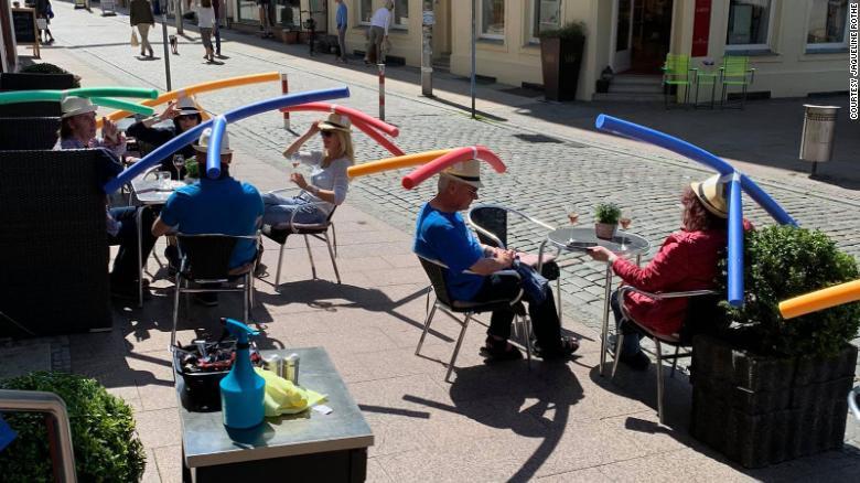 Bu Kafe, Sosyal Mesafeyi Uygulamak İçin Müşterilerinin Kafasına Havuz Makarnası Koydu
