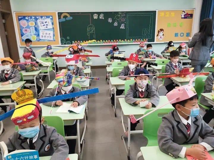 Çin'de Okula Dönen Çocuklar Sosyal Mesafe Şapkası Takıyor