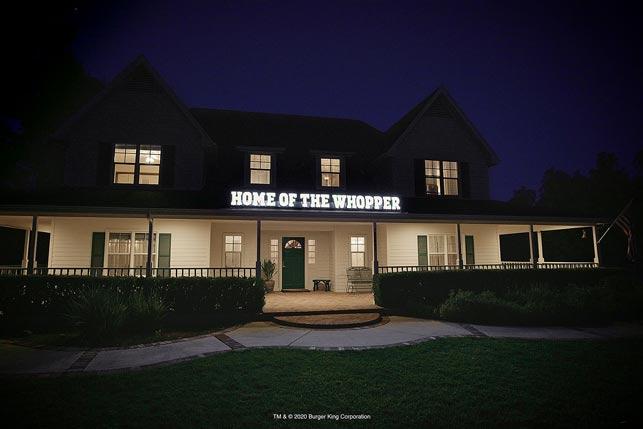 """Burger King, Şanslı Müşterilerin Evlerine """"Whopper'ın Evi"""" İşareti Koyuyor"""