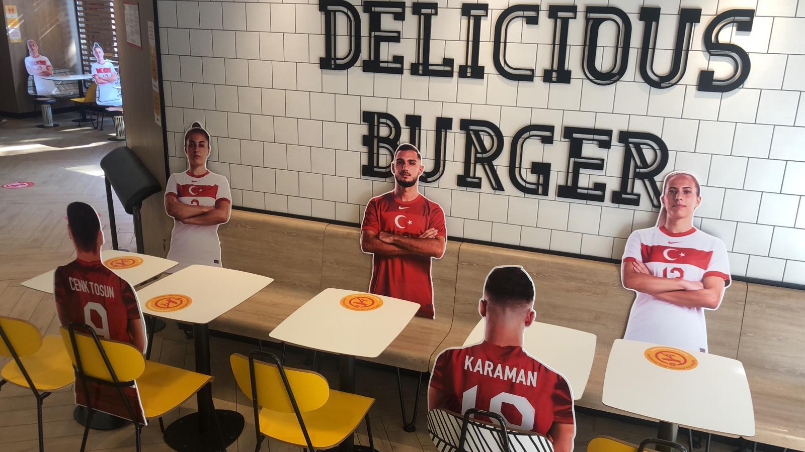 McDonald's, Sosyal Mesafeyi Millilerle Koruyor