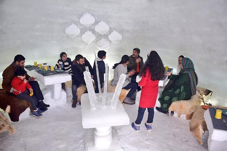 Keşmir'deki İlk İglo Kafe Yoğun İlgi Görüyor