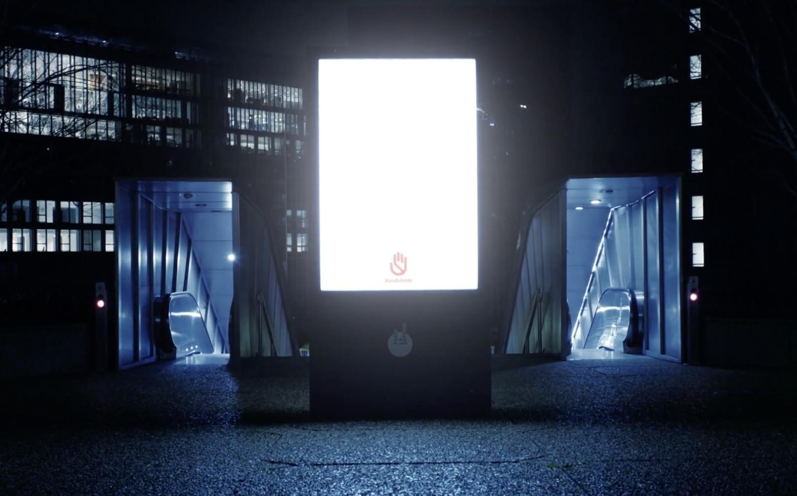 Parlaklığı artırılmış reklam panolarıyla Paris sokakları güvende