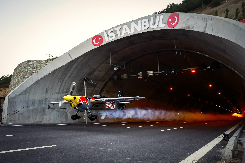 Red Bull, tünelden uçakla geçerek dünya rekoru kırdı